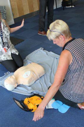 valley-primary-school-first-aid-training-defib-squ
